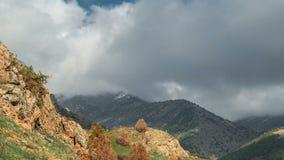 De lentetijd in het hooggebergte op de bewolkte hemel als achtergrond in timelapse 4K stock footage