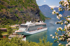 De lentetijd met cruiseschip in fjord, Flam, Noorwegen stock afbeeldingen