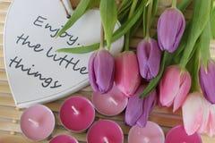 De lentetijd, Moedersdag, bloemen en kaarsen, roze, purpere, mooie tijd, aardige geur, mooie kleuren, romantische kleuren, valent stock foto