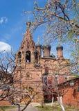 De lentetuin dichtbij Orthodoxe kerk royalty-vrije stock foto's