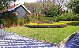 De lentetuin met plattelandshuisje Stock Afbeelding