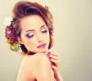 De lenteversheid Meisje met gevoelige pastelkleurbloemen Stock Fotografie