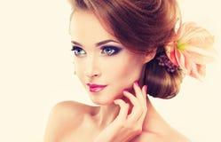 De lenteversheid Meisje met gevoelige pastelkleurbloemen Stock Foto