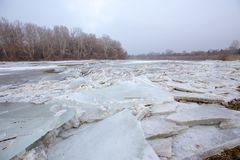 De lentevloed, ijsijsschollen op de rivier royalty-vrije stock foto
