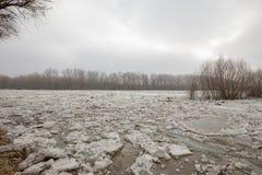 De lentevloed, ijsijsschollen op de rivier stock afbeeldingen