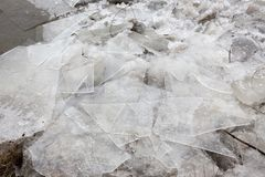 De lentevloed, ijsijsschollen op de rivier royalty-vrije stock fotografie