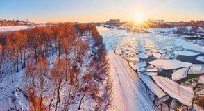 De lentevloed op de rivier Oka met zonsondergang op achtergrond stock fotografie