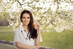 De lentevrouw Arts Smiling en Holdings Ademhalingsnevel Stock Foto's