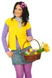 De lentevrouw van de schoonheid met de mand van Pasen Royalty-vrije Stock Afbeeldingen