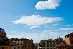 De lentewolken van Rome onder het vierkant van Spanje in Rome in Februari stock foto