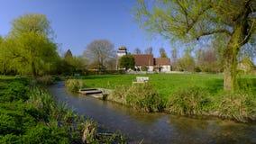 De de lentezonneschijn op St Andrew \ 's Kerk in Meonstoke in het Zuiden verslaat Nationaal Park, Hampshire, het UK royalty-vrije stock foto's