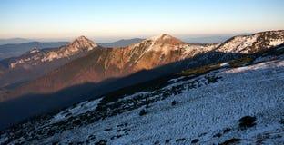 De lentezonsondergang in Mala Fatra Mountain Range Stock Afbeeldingen