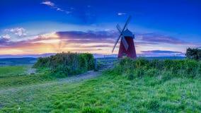 De lentezonsondergang van de Halnakerwindmolen stock afbeelding