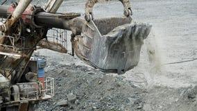 De lepel van graafwerktuig graaft gat Het graafwerktuig graaft kuil in reden tot bouw of mijnbouw Mijnbouw en steengroevemateriaa royalty-vrije stock afbeelding