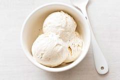 De lepels van het vanilleroomijs in witte kom Stock Fotografie