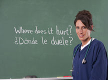De leraar die van de verpleegster het Engels vertaalt aan het Spaans stock afbeeldingen