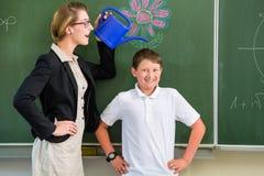 De leraar of docent motiveert student of leerling of jongen voor a Stock Afbeeldingen