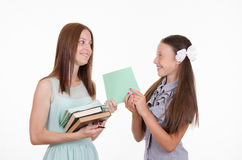 De leraar geeft de student een bewezen notitieboekje Stock Fotografie
