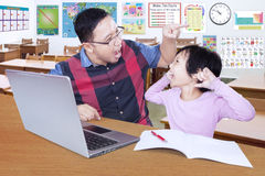 De leraar geeft orde op zijn luie te bestuderen student Stock Afbeeldingen