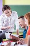 De leraar heeft pret met studenten royalty-vrije stock foto