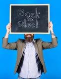 De leraar informeert over schooljaarbegin Het begin van nieuw schooljaar biedt ons de nieuwe kansen Gebaarde leraar stock fotografie