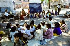 De leraar onderwijst kinderen in India Stock Afbeeldingen