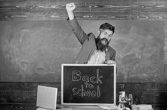 De leraar of de opvoeder stemmen in met inschrijving terug naar school Hoogtepunt van energie na zomercursusvakantie Onthaal teru stock foto's