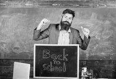 De leraar of de opvoeder stemmen in met inschrijving terug naar school Onthaal terug naar school Hoogtepunt van energie na zomerc royalty-vrije stock afbeeldingen