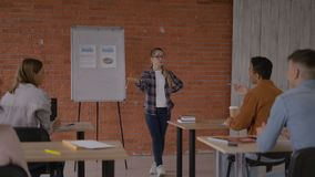De leraar stelt studentenvragen 4K stock videobeelden