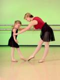 De Leraar van het ballet met de Student van de Dans van het Meisje Royalty-vrije Stock Afbeelding