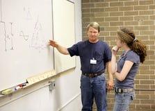 De leraar verklaart aan Student Royalty-vrije Stock Afbeeldingen