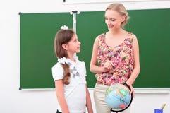 De leraar verklaart de les in aardrijkskunde Royalty-vrije Stock Foto