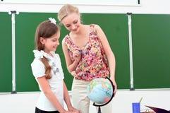 De leraar verklaart de les in aardrijkskunde Royalty-vrije Stock Fotografie