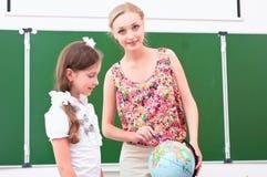 De leraar verklaart de les in aardrijkskunde Royalty-vrije Stock Foto's