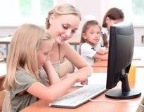 De leraar verklaart het taakschoolmeisje Royalty-vrije Stock Afbeeldingen