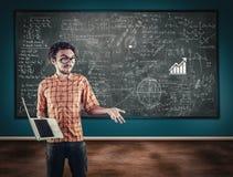 De leraar verklaart wiskundeformule Stock Afbeeldingen