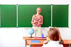 De leraar vertelt de les van de kinderenaardrijkskunde Royalty-vrije Stock Fotografie