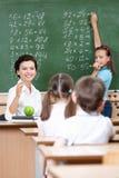 De leraar vraagt leerlingen bij het bord Royalty-vrije Stock Foto
