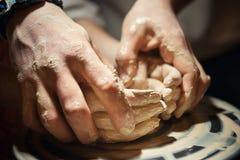 De leraarsmens onderwijst een kind hoe te om een ceramische plaat op de pottenbakkersstapel te maken Royalty-vrije Stock Afbeeldingen