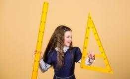 De les van Math Onderwijs en kennis klein meisje terug naar school Schoolstudent het leren meetkunde Leerlingsmeisje met groot stock foto's