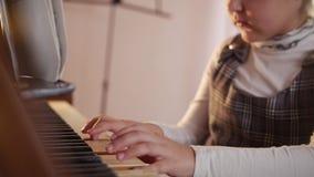 De les van de muziek Het spelen van het kind piano Sluit omhoog op pianosleutels, kindhanden en vingers Schuifmening van het spel stock video