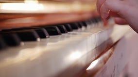 De les van de muziek Het spelen van het meisje piano Sluit omhoog op pianosleutels, kindhanden stock video