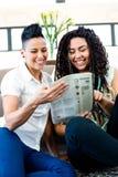 De lesbische krant van de paarlezing Stock Fotografie