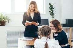 De lessen vrouwelijk leraar gelezen boek van de onderwijsschool aan haar leerlingen royalty-vrije stock foto's