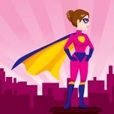 De Lettende op Stad van de Superherovrouw Stock Foto