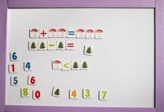 De letters en de getallen van het alfabet Tegen de achtergrond van de witte schoolraad stock afbeelding