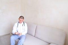 De leuke arts knoopte eenvormig dicht en was bereid om patiënten s te ontvangen Stock Afbeelding