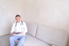 De leuke arts knoopte eenvormig dicht en was bereid om patiënten s te ontvangen Royalty-vrije Stock Afbeeldingen