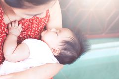 De leuke Aziatische pasgeboren slaap van het babymeisje op moeder` s schouder Stock Fotografie