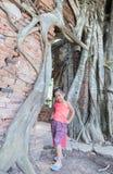 De leuke Aziatische Thaise kleding van de meisjesslijtage bij oude tempel royalty-vrije stock foto's